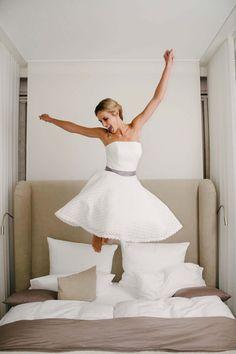 Die neue Brautkleider-Kollektion 2017 von küssdiebraut -Brautmode, in der ein zarter Hauch von Lässigkeit, mädchenhaftem Charme und etwas Vintage mitschwingt. Einmal anprobiert, wird aus Frau eine leger-elegante Braut mit dem Zauber feinster Finesse. Jedes Brautkleid ist anders als das andere, in jedem zeigt sich jedoch stets die typische Handschrift von küssdiebraut. Dem jungen deutschen Premium-Label von Designerin Kerstin Mechler, das …