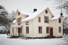 På åsen Hägrunga, cirka 2,5 kilometer från Vårgårda centrum, finner vi denna stora, ljusa och bedårande 1920-talsvilla. Huset är ett fint exempel på ett så kallat västsvenskt dubbelhus, och renover...