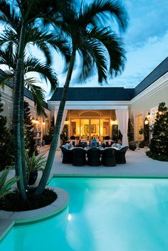 Palm Beach Style In A Residence by Les Ensembliers, Florida Outdoor Inspirations Outdoor Pool, Outdoor Spaces, Outdoor Living, Outdoor Retreat, Backyard Retreat, Outdoor Kitchens, Outdoor Decor, Strand Design, Palm Beach Regency