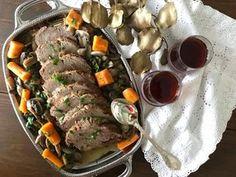 Μαλακές φέτες μοσχαριού, με σάλτσα και ζουμερά μανιτάρια και καρότα για γαρνίρισμα, αποτελούν ένα γιορτινό φαγητό, εντυπωσιακό και εύκολο στο σερβίρισμα, κατάλληλο και για μπουφέ. Το συνοδεύουμε ιδανικά με ρύζι για να ολοκληρωθεί το γεύμα ή το δείπνο. Φυσικά απαραίτητο είναι το φρέσκο ψωμί με το ο Greek Recipes, New Recipes, Lunch Time, Pot Roast, Main Dishes, Food And Drink, Pork, Beef, Cooking