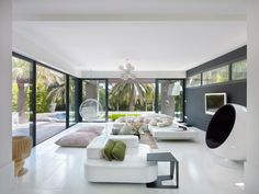 Séjour de 110 m² en blanc et gris anthracite