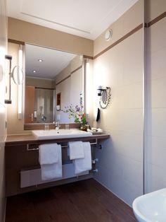 Ein großes Bad ist für uns selbstverständlich! Bad, Bathroom Lighting, Mirror, Furniture, Home Decor, Bathroom Light Fittings, Bathroom Vanity Lighting, Decoration Home, Room Decor