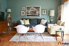 Sin duda esta sala lo integra todo, colores originales, muebles contrastantes, cojines, lamparas, libreros, cuadros…! El punto es no tenerle miedo a combinar #HabitaciónRuba Aprovecha cada espacio por más pequeño que sea http://inspirahogar.com/decoracion/salas/30-ideas-de-decoracion-de-salas-pequenas-modernas-con-fotos/