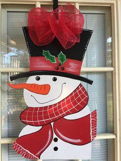 Front door decor Snowman door hanger door by samthecrafter on Etsy Christmas Snow Globes, Christmas Art, Christmas Ideas, Best Christmas Decorations, Christmas Truck, Christmas Patterns, Christmas Pictures, Christmas Stuff, Christmas Ornaments