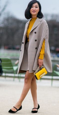 The Best Street Style Snaps From Paris Fashion Week Gary Pepper Girl, Fashion Week Paris, Classic Outfits, Simple Outfits, Glamorous Evening Dresses, Nicole Warne, Turtleneck Outfit, Themed Outfits, Style Snaps