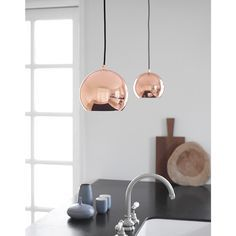 """1969 hat der dänische Designer Benny Frandsen die Deckenleuchte """"Ball"""" entworfen und stellt sie bis heute unter dem Label FRANDSEN her – jetzt ist sie fast noch schöner als damals. #Lampe #Living #Kupfer #Impressionenversand"""
