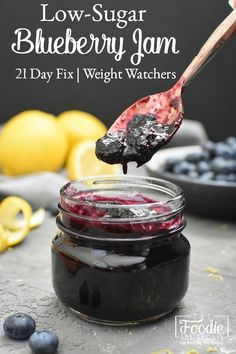 This easy, delicious Low-Sugar Quick Blueberry Jam requires no pectin or canning! It's low in calories, so it's perfect for 21 Day Fix or Weight Watchers! Blueberry Jelly, Blueberry Syrup, Blueberry Recipes, Blueberry Jam Recipe No Sugar, Blueberry Freezer Jam, Jelly Recipes, Jam Recipes, Canning Recipes, Quick Recipes