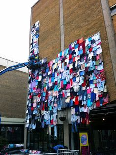 1)   In Brick Lane in London, a building was externally from old clothes and became the temporary residence for 10000 clothing! Why? The idea belongs to department store Marks and Spencer with purpose to sensitivity the people about the number of clothes to fly in rubbish every five minutes! The idea was simple: instead of the British to throw their old clothes in the garbage can go them to their shops.