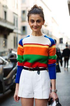 10 Produções com um toque de cor para inspirar sua semana. Suéter listrado colorido, short branco