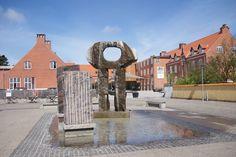 """Torvepladsen er en af Skagens pladser, hvor man kan sidde og nyde en is eller lidt at spise og drikke. Midt på pladsen står skulpturen """"Vandkunst"""" af Poul Winther."""