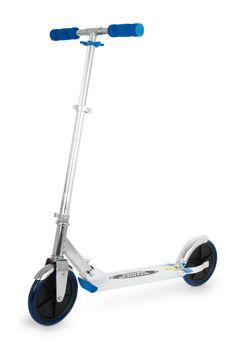 """Scooter """"Jumbo"""". Dieser praktische Wegbegleiter hat extra große Räder und ist ein Muss für jedes Kind, das auch ohne die Eltern von A nach B kommen möchte. Dieser silberne Roller mit blauen Akzenten ist auch für die etwas größeren Kleinen geeignet. Dies ermöglicht ein höhenverstellbarer Lenker. Das Beste an diesem Miniscooter ist, dass er zusammenklappbar ist und somit überall verstaut aber auch mitgenommen werden kann.Maße: Höhe: ca. 93 cm oder 96 cm oder 106 cm, Länge: ca. 96 cm"""