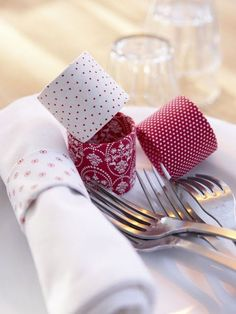Great way to add more of your color/theme to tables IF using paper napkins. Maybe a stronger roll core - papertowels? - for cloth napkins.  DIY Ideas To Reuse Toilet Paper Rolls