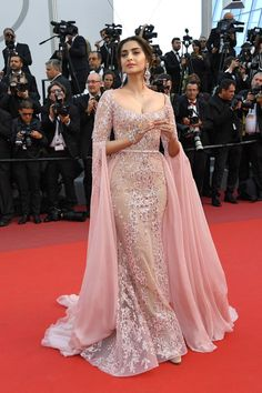 Bollywood fashion 439171401153163389 - Sonam Kapoor Source by Dinner Gowns, Evening Dresses, Sabyasachi Gown, African Fashion Dresses, Fashion Outfits, Hijab Dress Party, Moroccan Dress, Bridesmaid Dresses, Prom Dresses