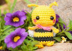Mit dieser kostenlosen Anleitung kannst du eine süße kleine Biene häkeln. Die Minimee Biene Mika ist total niedlich und eine hübsche Honigbiene für den Blu