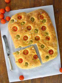 Focaccia de aceitunas y tomate