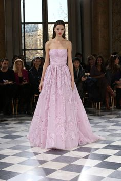 See all the Georges Hobeika Haute couture Spring/Summer 2016 photos on Vogue. Georges Hobeika, Style Couture, Couture Fashion, Fashion Show, Formal Gowns, Strapless Dress Formal, Look Rose, Collection Couture, Special Dresses