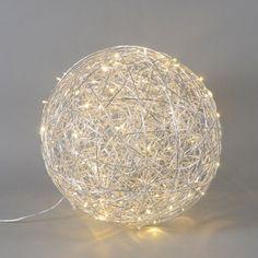 Bodenleuchte Draht Kugel 60cm LED Aluminium Ein glanzvoller Auftritt! Wunderschöne Bodenleuchte im außergewöhnlichem Design: kunstvoll gearbeitet aus miteinander verflochtenem Aluminiumdraht.   #Lampe #light #wohnen #einrichten #Innenbeleuchtung #Deko #Leuchte