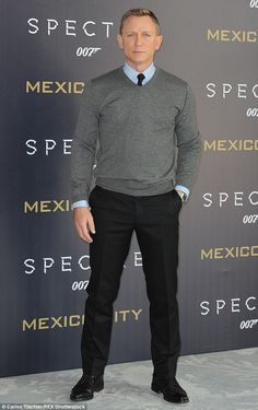 Naomie Harris and Monica Bellucci wow at Spectre photocall in Mexico Main man: Daniel Craig was as cool and composed as his alter-ego James Bond at the event … Daniel Craig Style, Daniel Craig James Bond, Daniel Craig Suit, Monica Bellucci, Business Casual Men, Men Casual, Casual Outfits, Terno Slim, Gilet Costume