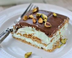 Pistachio Eclair Cake: an easy recipe for a no bake eclair cake! Delicious, no bake Pistachio Eclair Cake is the perfect dessert at the end of the day! Just Desserts, Delicious Desserts, Yummy Food, Layered Desserts, Dessert Healthy, French Desserts, Sweet Recipes, Cake Recipes, Dessert Recipes