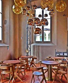 As cadeiras desse espaço trazem um minimalismo das linhas retas com a sutileza das linhas curvas! O tão comentado design orgânico inspirado nas formas da natureza com curvas e traços que dão impressão de movimento! E que invadiu a arquitetura contemporânea e o decor criando um estilo moderno elegante inovador e aconchegante! A sofisticação fica por conta dos incríveis pendentes dourados e Red Gold (mistura linda) @tomdixonstudio  Feliz em observar que o Brasil já percebeu esse movimento. A…