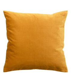 Sinapinkeltainen. Tyynynpäällinen puuvillasamettia. Piilovetoketju.