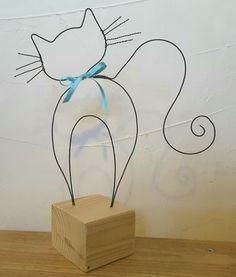 Ce chat en fil de fer recuit penche un peu la tête...il vous regarde, pour vous faire craquer avec sa queue en panache et son petit collier en ruban bleu! Il mesure 24 cm de haut - 16966423
