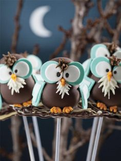 Owlander § Owl cake pops by Marcela Capó's book Pop Cakes via Mama Muffins Cakepops, Owl Cake Pops, Cake Pop Designs, Owl Cakes, Ladybug Cakes, Cupcakes Decorados, Cookie Pops, Marshmallow Pops, Cake Makers