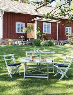 my scandinavian home: The idyllic Swedish summer cottage Swedish Cottage, Red Cottage, Swedish House, Cottage Style, Cottage Exterior, Interior And Exterior, Interior Design, Scandinavian Garden, Red Houses