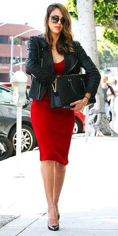vestido vermelho, scarpin preto, jaqueta preta