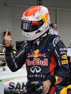Sebastian Vettel zeigt seinen berühmten Finger. Der Weltmeister fuhr bei der Qualifikation zum Großen Preis von Suzuka zum 34. Mal in seiner Karriere auf die Pole Positon. (Foto: Frank Robichon/dpa)