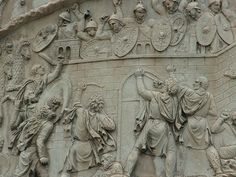 Colonna traiana: particolare. I Daci (in basso) assaltano il fortino dei Romani. I soldati si difendono dall'alto.