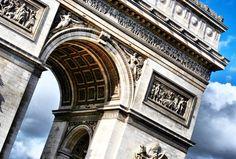 Mais que um belo monumento arquitetônico o Arco do Triunfo em Paris representa as vitórias militares de Napoleão e tem os nomes de batalhas e generais gravados em sua estrutura. Imperdível e imponente.  #arcdetriomphe #arcodotriunfo #paris #france #parisjetaime #trip #travel #backpackers #backpacking #backpack #mochilao #mochileiros #mundanobrasil #wanderlust by mundanobrasil