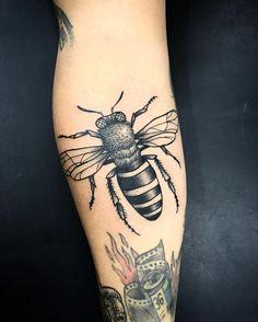 Trabalho do tatuador @rp.tattoo para nosso amigo @feiraviva #TrueLoveTattoo 11-20943383 ⚡️⚡️⚡️ #abelha ... P Tattoo, Body Art Tattoos, Tatoos, Blackwork, Botanical Tattoo, Animal Tattoos, Body Mods, Black Tattoos, Art Tutorials
