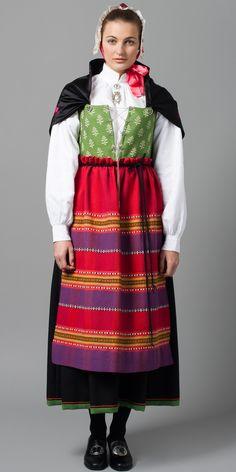 Østfoldbunad -Oslovarianten med mer rosa og lilla farger i sjal og lue.