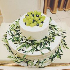 ご新婦さまは、ウェディングケーキはシンプルにこだわり表面は「つるんとしたデザインで」、という希望をされました。テーマのオリーブの葉や、グリーン系のマスカットを乗せてナチュラルな雰囲気を演出されました♩ Fruit Combinations, Summer Fruit, Cake Designs, Wedding Cakes, Birthday Cake, Desserts, Designer Cakes, Food, Maternity