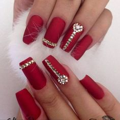 Ace your bridal look with these glam bridal nail art ideas. Here's all about the wedding nail art, bridal nail art designs and how to rock the perfect bridal nails! Explore wedding nail art ideas, with products available on Nykaa. Fancy Nails, Bling Nails, Red Nails, Matte Nails, Holiday Nails, Christmas Nails, Christmas Ideas, Christmas Ornaments, Gorgeous Nails
