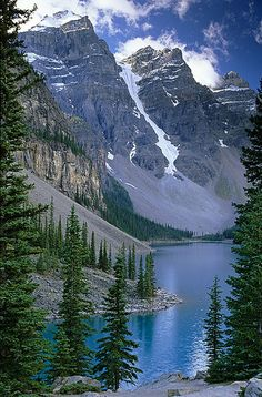 Moraine Lake is a glacially-fed lake in Banff National Park, 14 kilometres outside the Village of Lake Louise, Alberta, Canada. Landscape Photography, Nature Photography, Travel Photography, Free Photography, Parcs, Canada Travel, Travel Usa, Nature Pictures, Landscape Pictures