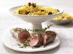 Lammfilet auf Couscous - mit Rosinen, Pinienkernen und Harissa - smarter - Kalorien: 655 Kcal - Zeit: 15 Min. | eatsmarter.de Wer es orientalisch mag, der wird dieses Gericht zu Weihnachten lieben.