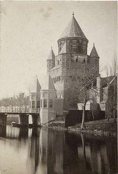 Haarlem, Kleine Houtpoort in ca 1865. Notabene na een restauratie. Alsnog gesloopt