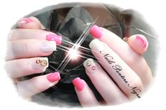 UNhas em gel cor Pink com nail art com rodinhas