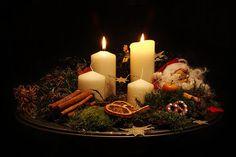 Στολίστε χριστουγεννιάτικα στεφάνια με κεριά advent
