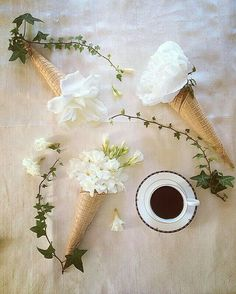 Coffee and friends Coffee And Books, I Love Coffee, Coffee Break, Morning Coffee, Coffee Mornings, Coffee Cafe, Coffee Drinks, Coffee Presentation, Coffee Flatlay