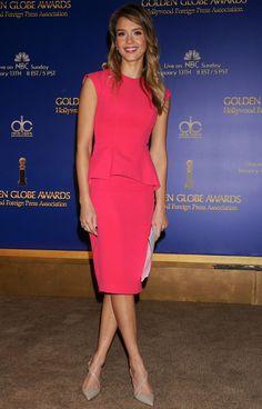 Jessica Alba lors de l'annonce des nominations des Golden Globes en robe framboise Christian Dior