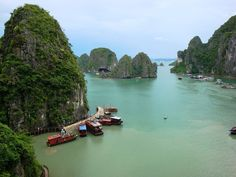 Ha Long Bucht in Vietnam Amazing Places On Earth, Oh The Places You'll Go, Places To Travel, Places To Visit, Angkor Temple, Angkor Wat, Vietnam, Bolivia, Beautiful World