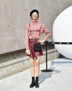 Red skirt and graphic top Seoul fashion week 2017 Korean Fashion Kpop, Korean Fashion Winter, Korean Fashion Casual, Korean Fashion Trends, Korean Street Fashion, Korea Spring Fashion, Ulzzang Fashion, Street Style Korea, Skirts