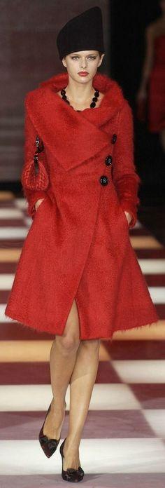 Giorgio Armani Me gusta el corte y como permite lucir los accesorios que tengas en el cuello.