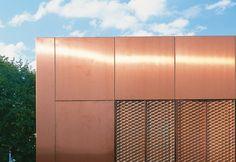 Metalltafel-Fassaden: TECU® CLASSIC Tafeln und Streckmetall von KME bei STYLEPARK Architecture Visualization, Facade Architecture, Metal Cladding, Expanded Metal, Perforated Metal, Metal Panels, Building Facade, Ravenna, Building Materials