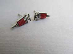 He encontrado este interesante anuncio de Etsy en https://www.etsy.com/es/listing/73054471/nurse-stud-earrings-shots