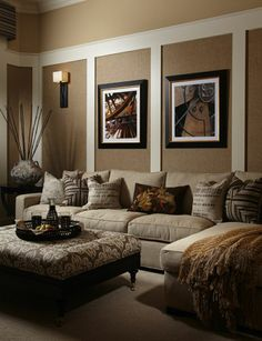 beige family room | Dunkle Wandfarbe mit hellem Sofa – die perfekte Farbkombination