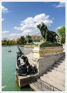 Retiro Park, Madrid, Spain. Roeien in bootje de max